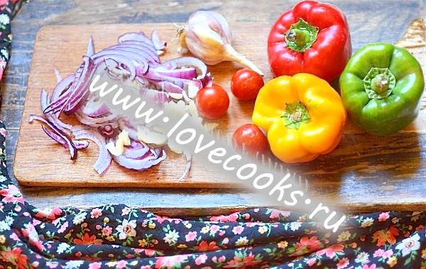 Курячі стегенця смажені з овочами