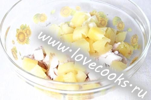 Курячий салат з ананасами і креветками