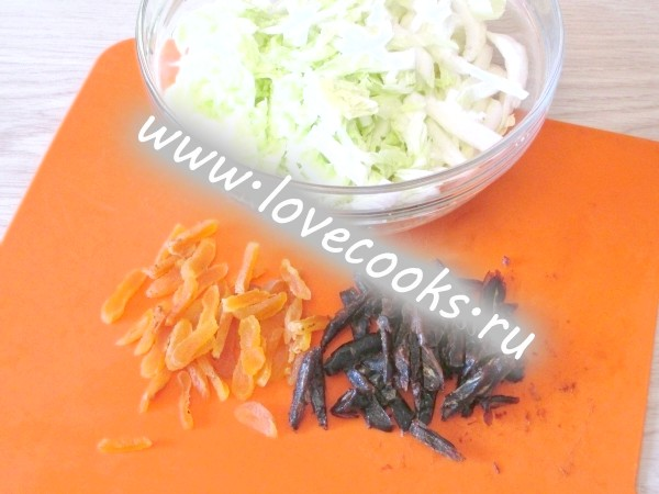 Салат з капусти з сухофруктами