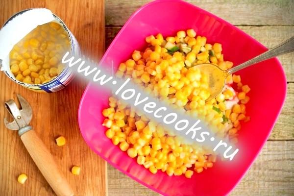 Салат із крабових паличок з кукурудзою
