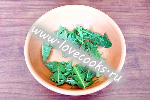 Салат з листя кульбаби з беконом