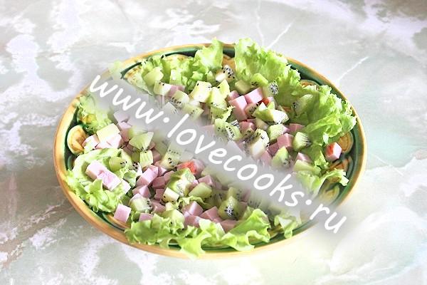 Салат «Оригінальний» зі свинини з ківі і яйцями