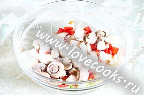 Салат з куркою, печерицями та грушею