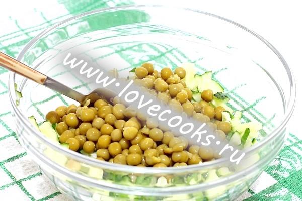 Салат з тунцем і зеленим горошком