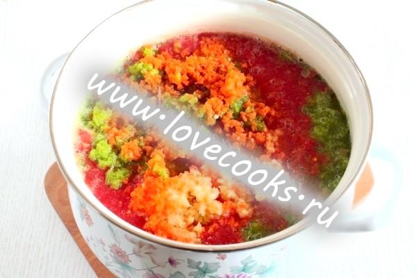 Пюре з овочів в каструлі